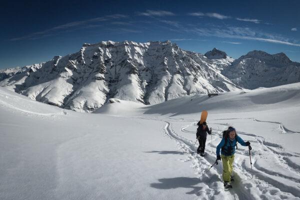 Skitourengänger beim Aufstieg zum Tällihorn im Safiental, Graubünden